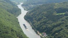 Άποψη πέρα από το βρόχο ποταμών Σάαρ δίπλα σε Mettlach σε Saarland Γερμανία Σκάφη φορτηγίδων που οδηγούν στον ποταμό φιλμ μικρού μήκους