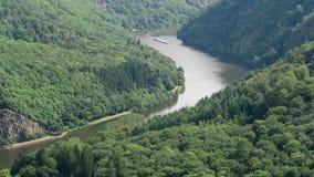 Άποψη πέρα από το βρόχο ποταμών Σάαρ δίπλα σε Mettlach σε Saarland Γερμανία Σκάφη που οδηγούν στον ποταμό φιλμ μικρού μήκους