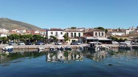 Άποψη πέρα από το λιμάνι του Γαλαξειδίου στα ιστορικά κτήρια, Ελλάδα απόθεμα βίντεο