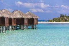 Άποψη πέρα από το μπανγκαλόου νερού στις Μαλδίβες Υπάρχει ένα νησί Στοκ Εικόνες