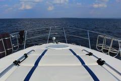 Άποψη πέρα από το νερό από το τόξο μιας βάρκας στοκ φωτογραφίες με δικαίωμα ελεύθερης χρήσης