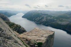 Άποψη πέρα από το παγκοσμίως διάσημο Preikestolen στοκ εικόνες