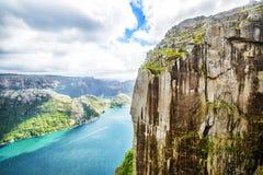 Άποψη πέρα από το παγκοσμίως διάσημο Preikestolen - ή pulpit βράχος - πέρα από το Lysefjord Στοκ Εικόνες