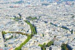 Άποψη πέρα από το Παρίσι άνωθεν στη θριαμβευτική αψίδα και τους Elysian τομείς/champs Elysees Στοκ Φωτογραφία