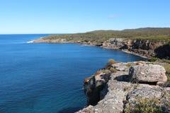 Άποψη πέρα από το πρόσωπο απότομων βράχων στο εθνικό πάρκο κόλπων Jervis, Αυστραλία Στοκ Εικόνες