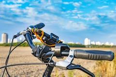 Άποψη πέρα από handlebar ενός ποδηλάτου Στο υπόβαθρο μπορείτε να δείτε ένα στοκ εικόνες