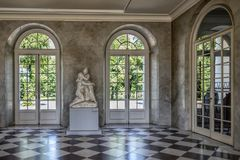 Άποψη παλατιών του Βερολίνου Γερμανία στις 22 Μαΐου 2018 Σαρλότεμπουργκ της αίθουσας γλυπτών, με τα υψηλά παράθυρα παλατιών του, στοκ εικόνα με δικαίωμα ελεύθερης χρήσης