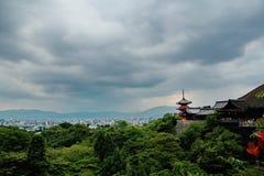 Άποψη πανοράματος, δάσος, πόλη του Κιότο, ναός kiyomizu-Dera στοκ εικόνα