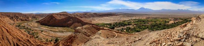 Άποψη πανοράματος από τις καταστροφές Pukarà ¡ de Quitor πέρα από μια κοιλάδα κατωτέρω, έρημος Atacama, βόρεια Χιλή στοκ εικόνες