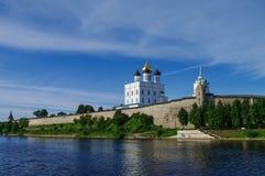 Άποψη πανοράματος από τον ποταμό Volhov του καθεδρικού ναού τριάδας, το κουδούνι τ Στοκ εικόνα με δικαίωμα ελεύθερης χρήσης