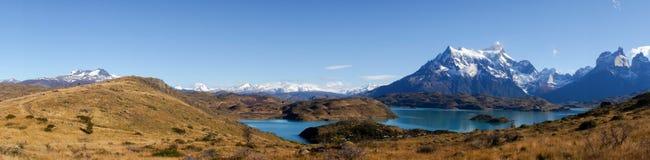 Άποψη πανοράματος από Mirador Pehoe προς τα βουνά Torres del Paine, Παταγωνία, Χιλή στοκ εικόνες