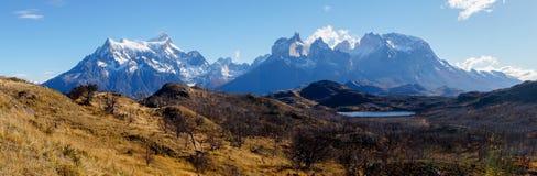Άποψη πανοράματος από Mirador Pehoe προς τα βουνά Torres del Paine, Παταγωνία, Χιλή στοκ φωτογραφίες