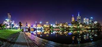 Άποψη πανοράματος ενός όμορφου μια άποψη πέρα από τον ποταμό Yarra στο ορόσημο της Μελβούρνης κεντρικός στοκ εικόνα