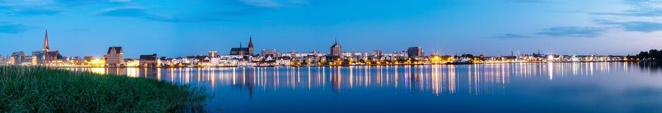 Άποψη πανοράματος νύχτας στο $ροστόκ Ποταμός Warnow και λιμένας πόλεων Στοκ Εικόνες