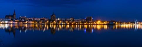 Άποψη πανοράματος νύχτας στο $ροστόκ Ποταμός Warnow και λιμένας πόλεων Στοκ φωτογραφία με δικαίωμα ελεύθερης χρήσης