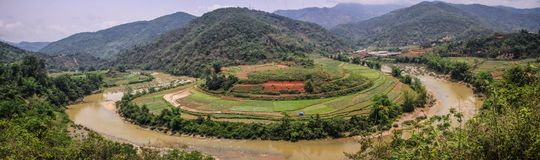 Άποψη πανοράματος σχετικά με τα βουνά γύρω από cao το κτύπημα, cao επαρχία κτυπήματος, βόρειο Βιετνάμ στοκ φωτογραφία με δικαίωμα ελεύθερης χρήσης
