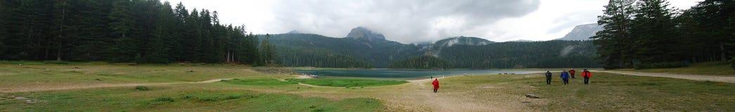 Άποψη πανοράματος σχετικά με τη λίμνη στα βουνά στοκ φωτογραφία με δικαίωμα ελεύθερης χρήσης