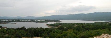 Άποψη πανοράματος σχετικά με τη λίμνη στα βουνά στοκ φωτογραφίες