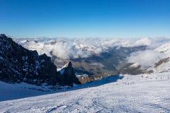 Άποψη πανοράματος της αυστριακής περιοχής σκι του παγετώνα Hintertux στην περιοχή του Τυρόλου εν όψει της κοιλάδας Ziller στοκ εικόνες