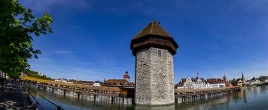 Άποψη πανοράματος της διάσημης θέσης γεφυρών παρεκκλησιών στη λίμνη Luzern με Στοκ φωτογραφία με δικαίωμα ελεύθερης χρήσης