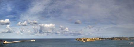 Άποψη πανοράματος της εισόδου στο λιμάνι πόλεων Valletta στη Μάλτα που φρουρείται από δύο φάρους στοκ εικόνες με δικαίωμα ελεύθερης χρήσης