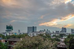 Άποψη πανοράματος της μικρής πόλης και της πόλης στο νεφελώδη ουρανό μ στοκ φωτογραφίες με δικαίωμα ελεύθερης χρήσης