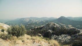 Άποψη πανοράματος τοπίων άνωθεν στα βουνά και την πόλη Μαυροβούνιο φιλμ μικρού μήκους