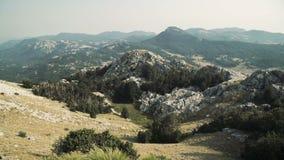 Άποψη πανοράματος τοπίων άνωθεν στα βουνά και την πόλη Μαυροβούνιο απόθεμα βίντεο