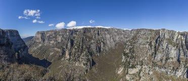 Άποψη πανοράματος του φαραγγιού Vikos, το βαθύτερο φαράγγι στον κόσμο στοκ φωτογραφία με δικαίωμα ελεύθερης χρήσης