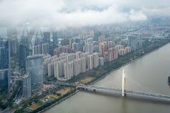 Άποψη πανοράματος Guanzhou της περιφέρειας του κέντρου με τη γέφυρα πέρα από τον ποταμό και τον ουρανό σύννεφων στοκ φωτογραφία με δικαίωμα ελεύθερης χρήσης