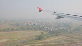 Άποψη παραθύρων του αεροπλάνου που πλησιάζει για την προσγείωση στον αερολιμένα απόθεμα βίντεο