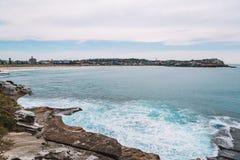 Άποψη παραλιών Bondi με Surfers στοκ φωτογραφίες