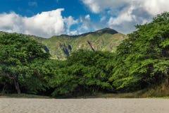 Άποψη παραλιών Makua με τα όμορφα βουνά και το νεφελώδη ουρανό στο υπόβαθρο, Oahu νησί στοκ εικόνες