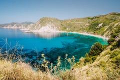 Άποψη παραλιών Myrtos με το κυανό μπλε θαλάσσιο νερό στη λιμνοθάλασσα Αγαπημένος προορισμός επίσκεψης τουριστών στο καλοκαίρι σε  στοκ εικόνα