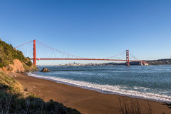 Άποψη παραλιών της χρυσών γέφυρας πυλών και του ορίζοντα πόλεων - Σαν Φρανσίσκο, Καλιφόρνια, ΗΠΑ Στοκ Φωτογραφίες