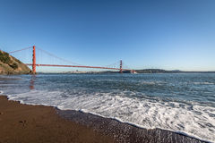 Άποψη παραλιών της χρυσών γέφυρας πυλών και του ορίζοντα πόλεων - Σαν Φρανσίσκο, Καλιφόρνια, ΗΠΑ Στοκ Φωτογραφία