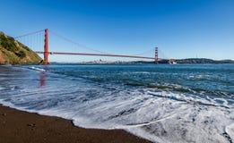 Άποψη παραλιών της χρυσών γέφυρας πυλών και του ορίζοντα πόλεων - Σαν Φρανσίσκο, Καλιφόρνια, ΗΠΑ Στοκ Εικόνες