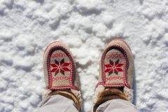 Άποψη περιπατητών του βήματος παπουτσιών στο αλατισμένο επίπεδο Uyuni Στοκ Φωτογραφίες