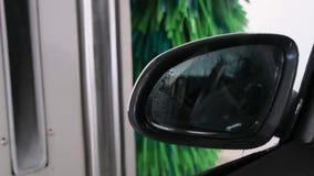 Άποψη πλυσίματος αυτοκινήτων από μέσα από το αυτοκίνητο φιλμ μικρού μήκους