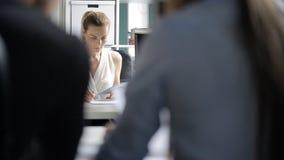 Άποψη πορτρέτου μέσω των ομο-εργαζόμενων ώμων ανθρώπων στον προϊστάμενο απόθεμα βίντεο