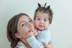 Άποψη πορτρέτου του χαριτωμένου κοριτσάκι και του mom της στοκ φωτογραφία με δικαίωμα ελεύθερης χρήσης