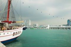 Άποψη ποταμών στη Σιγκαπούρη με την πλέοντας βάρκα στο πρώτο πλάνο ενάντια στα μαύρα σύννεφα στοκ φωτογραφία με δικαίωμα ελεύθερης χρήσης