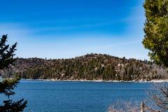 Άποψη που κοιτάζει προς τη Arrowhead λιμνών βόρεια ακτή Στοκ Εικόνες