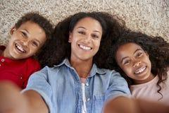 Άποψη που πυροβολείται της μητέρας και των παιδιών που θέτουν για Selfie στοκ φωτογραφία με δικαίωμα ελεύθερης χρήσης