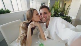 Άποψη που πυροβολείται του ελκυστικού βίντεο καταγραφής ζευγών αγάπης χαλαρώνοντας στη SPA ημέρας από κοινού Οι νέοι είναι φιλμ μικρού μήκους