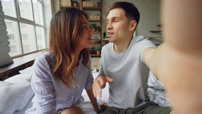 Άποψη που πυροβολείται των ευτυχών διάσημων bloggers ζευγών που καταγράφουν το βίντεο για τους οπαδούς τους στο σπίτι Οι νέοι μιλ φιλμ μικρού μήκους