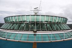 Άποψη που φαίνεται οπίσθια παρουσιάζοντας γέφυρες παρατήρησης ενός κρουαζιερόπλοιου Στοκ Εικόνες
