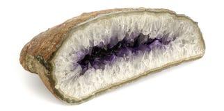 Άποψη προοπτικής αμεθύστινων πετρών μισό-περικοπών που απομονώνεται στο άσπρο υπόβαθρο στοκ φωτογραφίες