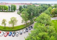 Άποψη προοπτικής πουλιών σχετικά με τα αυτοκίνητα που σταθμεύουν στην οδό Στοκ Εικόνες