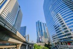 Άποψη προοπτικής στο σύγχρονο κτήριο γυαλιού στοκ εικόνα